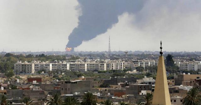 """Libia, """"Oltre 75 morti in 48 ore"""". Trasferiti 120 italiani, Francia chiude l'ambasciata"""