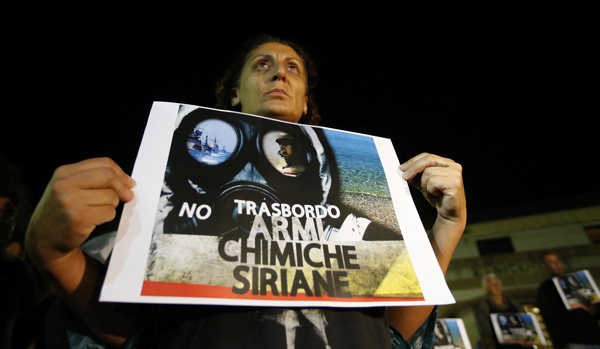1 luglio 2014. Flash mob di attivisti contro il trasporto di armi chimiche siriane nel porto mediterraneo di Gioia Tauro