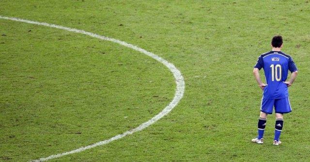 """Mondiali, attacco a Messi. Maradona: """"Non merita premio"""". Mourinho lo difende"""