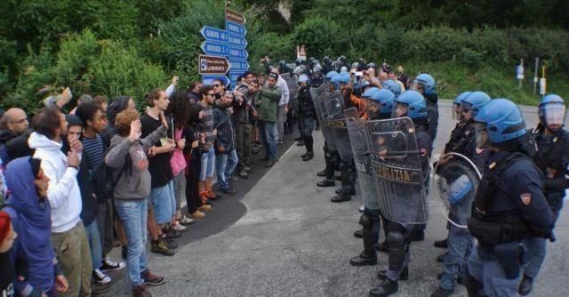No Tav al terzo valico contro gli espropri. Lacrimogeni e contusi tra i manifestanti