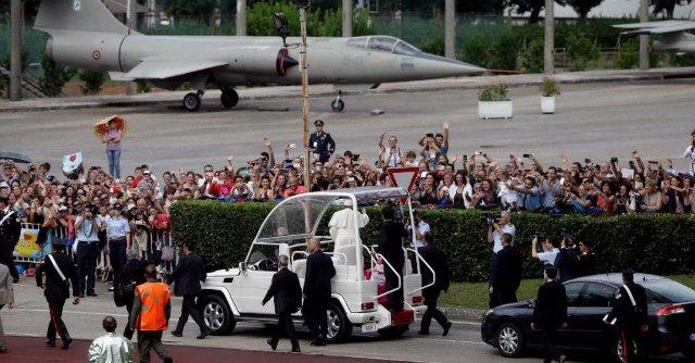 """Il Papa a Caserta, """"Terra dei fuochi, è terribile"""". Folla di 200mila persone"""