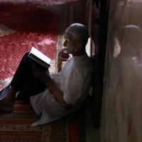 Un musulmano Shia legge il Corano in una Moschea nel primo giorno del mese sacro del Ramadan.
