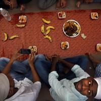 Musulmani indiani preparano l'interruzione del digiuno nel primo giorno di Ramadan