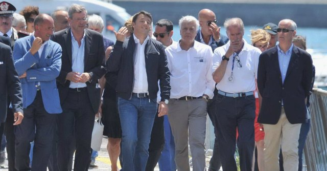 """Costa Concordia, Renzi a Genova. Blog Grillo: """"Vuole un inchino?"""""""