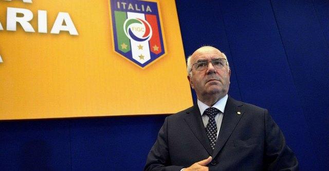 """Figc, Tavecchio presenta la candidatura: """"In Italia solo stranieri mangia-banane"""""""