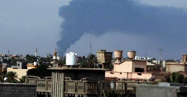 Libia, razzo su deposito benzina a Tripoli 'Vigili del fuoco abbandonano l'incendio'