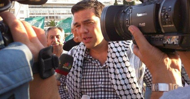 """Gaza, Tsipras in manifestazione con la kefiah: """"Domani potrebbe toccare a noi"""""""