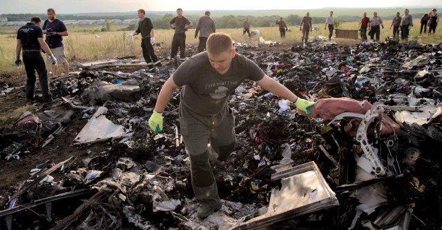Aereo caduto, corpi in decomposizione e sciacalli: orrore tra i resti del Boeing 777