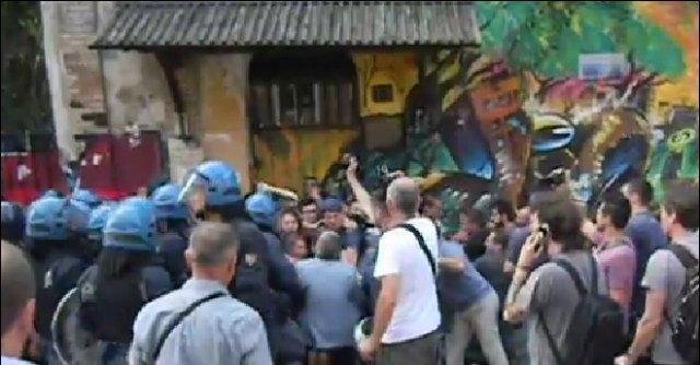 Milano, sgomberato il centro sociale Zam. Tensione tra antagonisti e polizia