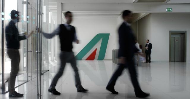 Inps, scandalo del Fondo per Alitalia. La cassa integrazione di lusso la pagano i passeggeri