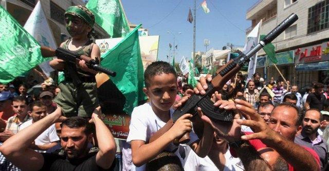 """Gaza, razzo uccide bimbo di 4 anni nel Neghev. Hamas: """"Giustiziati 18 traditori"""""""