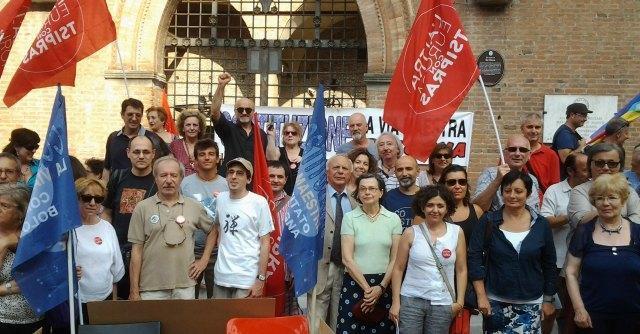 """Riforme, protesta di comitati e lista Tsipras a Bologna: """"Giù le mani dalla Costituzione"""""""