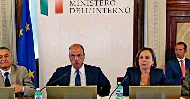 """Migranti, Alfano: """"A Mare Nostrum subentri Frontex, o governo dovrà decidere"""""""