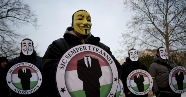 """Gaza, Anonymous """"attacca"""" Israele: giù i siti di governo, esercito e Banca Centrale"""
