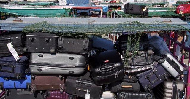 Fiumicino, montagne di bagagli accatasti per sciopero bianco addetti Alitalia