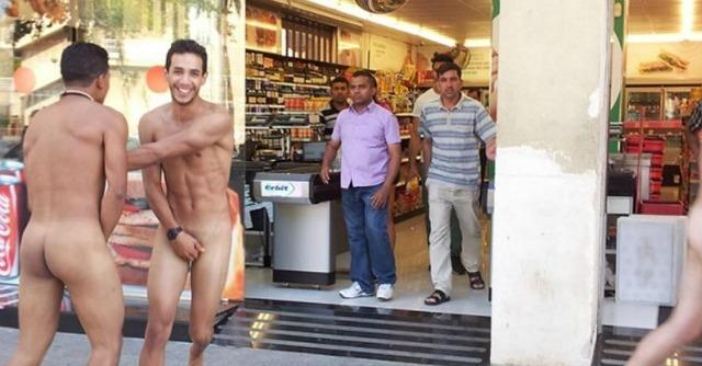 Barcellona, proteste per 'turismo cafone' dopo le foto degli italiani nudi
