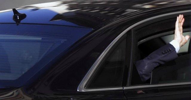 Governo, Berlusconi ci ripensa: l'economia va male, meglio lasciare Renzi da solo