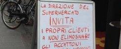 """Ferrara, il cartello davanti al negozio  """"Niente elemosina agli accattoni"""""""