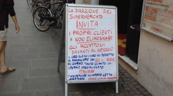 """Ferrara, cartello davanti al negozio contro i mendicanti: """"No elemosina agli accattoni"""""""
