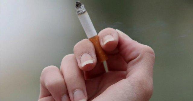 """Uk, """"con sigarette senza marchio, chi fuma smette. E consuma di più"""""""