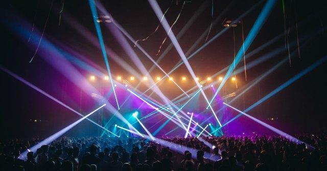 Rimini, i deejay fanno il tutto esaurito. In migliaia in Romagna per Hardwell e Guetta