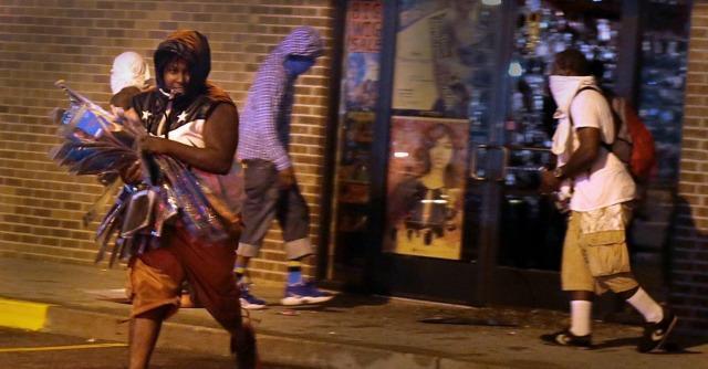 Ferguson, subito violato il coprifuoco. Ma il fronte della protesta è diviso e senza leader