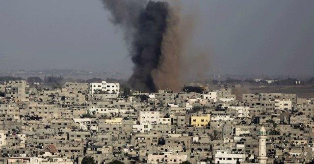 """Gaza, almeno 7 morti nei raid israeliani Colpita abitazione, 5 morti: """"3 sono bimbi"""""""