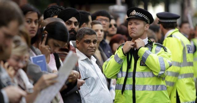 """Regno Unito, """"immigrazione di massa? Welfare a rischio"""". Parola di marxista"""