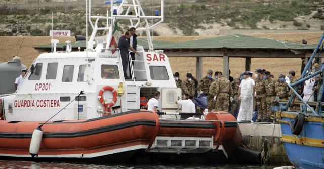 Migranti, affonda un gommone a sud di Lampedusa: 18 morti