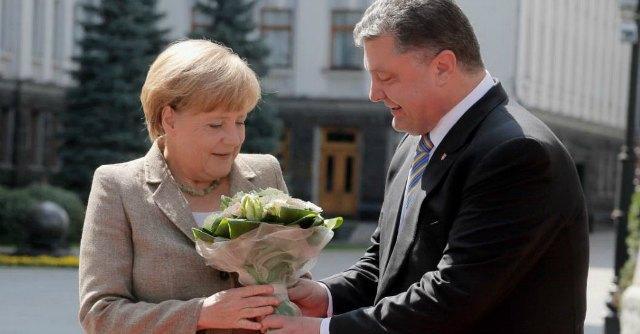 """Ucraina, Merkel: """"No nuove sanzioni a Russia"""". Sei morti Donetsk, c'è anche un bimbo"""