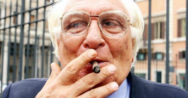 """Pannella: """"Curo due tumori con 60 sigari al giorno. Il fumo mi salva dalla malattia"""""""