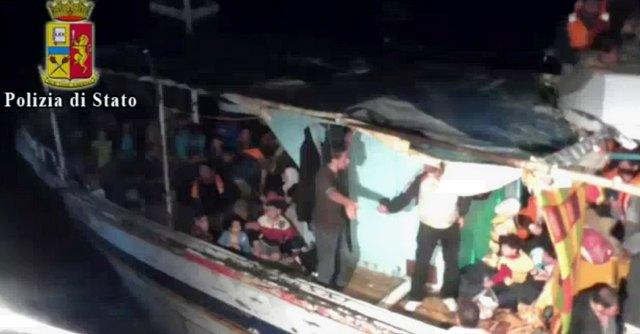 Migranti, erano 250 sul barcone naufragato a largo della Libia. Recuperati 20 corpi