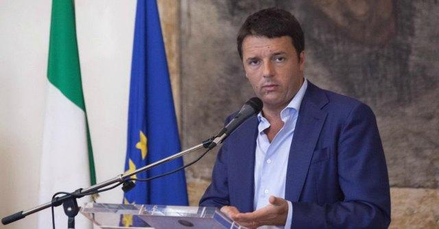 """Renzi: """"Togliamo l'Italia dalle mani dei soliti noti, quelli dei salotti buoni"""""""