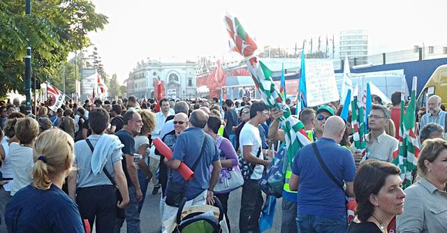 Mostra di Venezia, centinaia in protesta contro i tagli ai dipendenti comunali