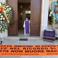 Napoli, la bara di Davide Bifolco entra in chiesa portata a spalla da parenti e amici