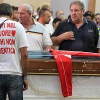 Napoli, parenti ai funerali di Davide Bifolco