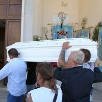 La bara di Davide Bifolco entra in chiesa portata a spalla da parenti e amici