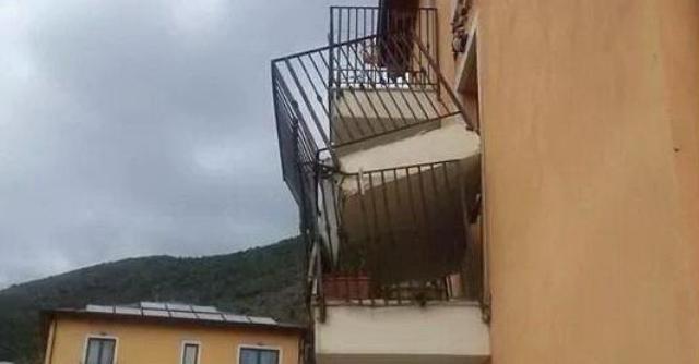 L'Aquila, crolla balcone in palazzina per terremotati. Possibile problema strutturale