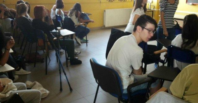 Bologna, studenti senza banchi e lavagne: così inizia il nuovo anno scolastico