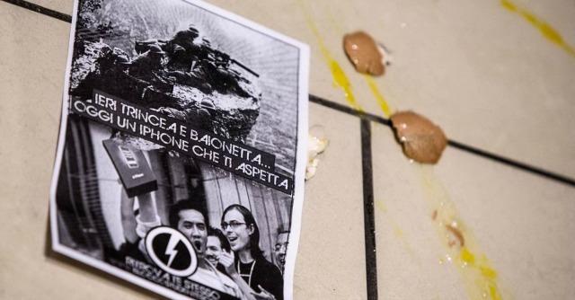 iPhone 6, blitz a Roma degli studenti di destra: uova e farina contro clienti in fila