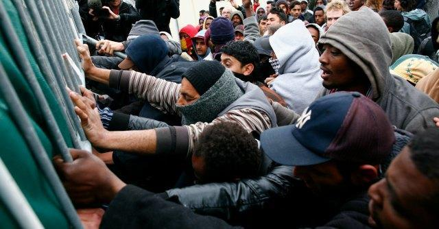 Calais, migliaia di migranti ammassati per passare la Manica: è lite Londra-Parigi