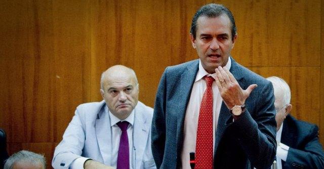 De Magistris: nel vuoto della politica, il sindaco-sospeso conviene a tutti