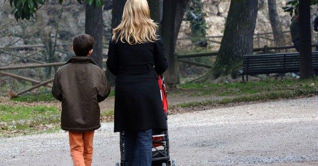 """""""I talenti delle donne"""", italiane paralizzate da welfare assente e cura dei figli"""