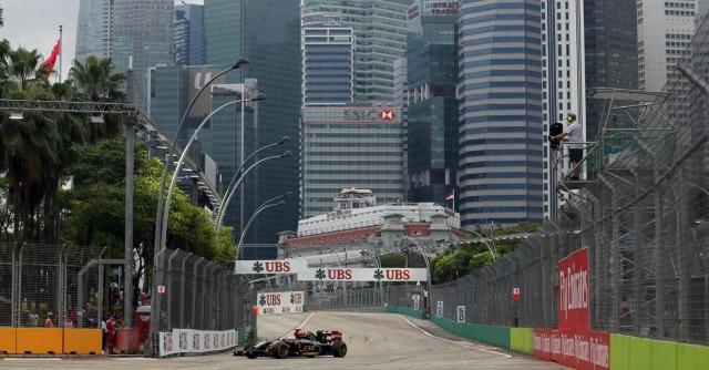 F1, Gp di Singapore: Hamilton conquista la pole davanti a Rosberg, Alonso quinto
