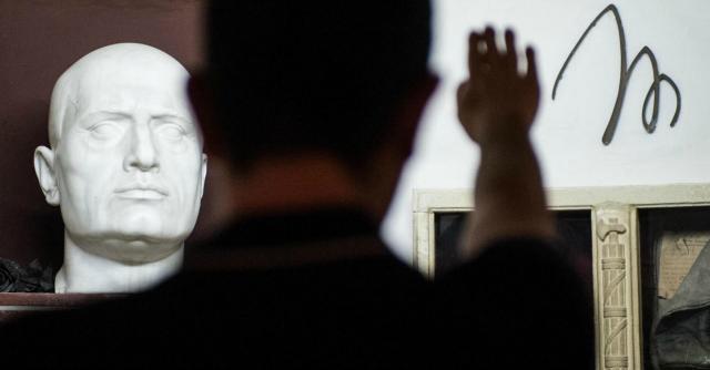 """Fascismo, Cassazione: """"Rischio attuale"""" e conferma condanna per saluto romano"""