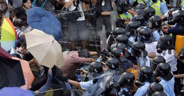 """Hong Kong, """"Occupy Central"""" in piazza. Polizia carica studenti con i lacrimogeni"""