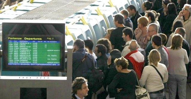 Treni in ritardo, rimborsi e coincidenze: cosa non si fa in Italia (e in Europa sì)