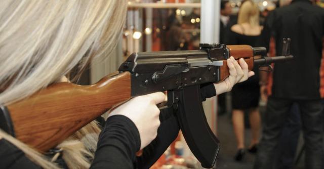 """Sanzioni Russia, in Usa è corsa a comprare Kalashnikov: """"Fino a 10 pezzi per cliente"""""""