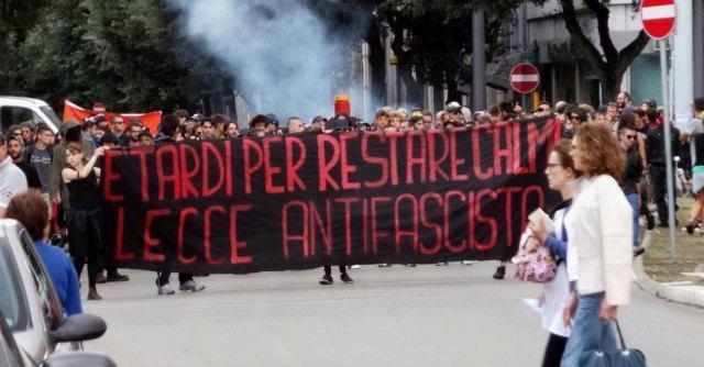CasaPound, a Lecce bombe carta e fumogeni tra la gente contro il raduno