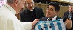 """Partita per la Pace. Maradona abbraccia Papa Francesco: """"Sei tu il fuoriclasse"""""""